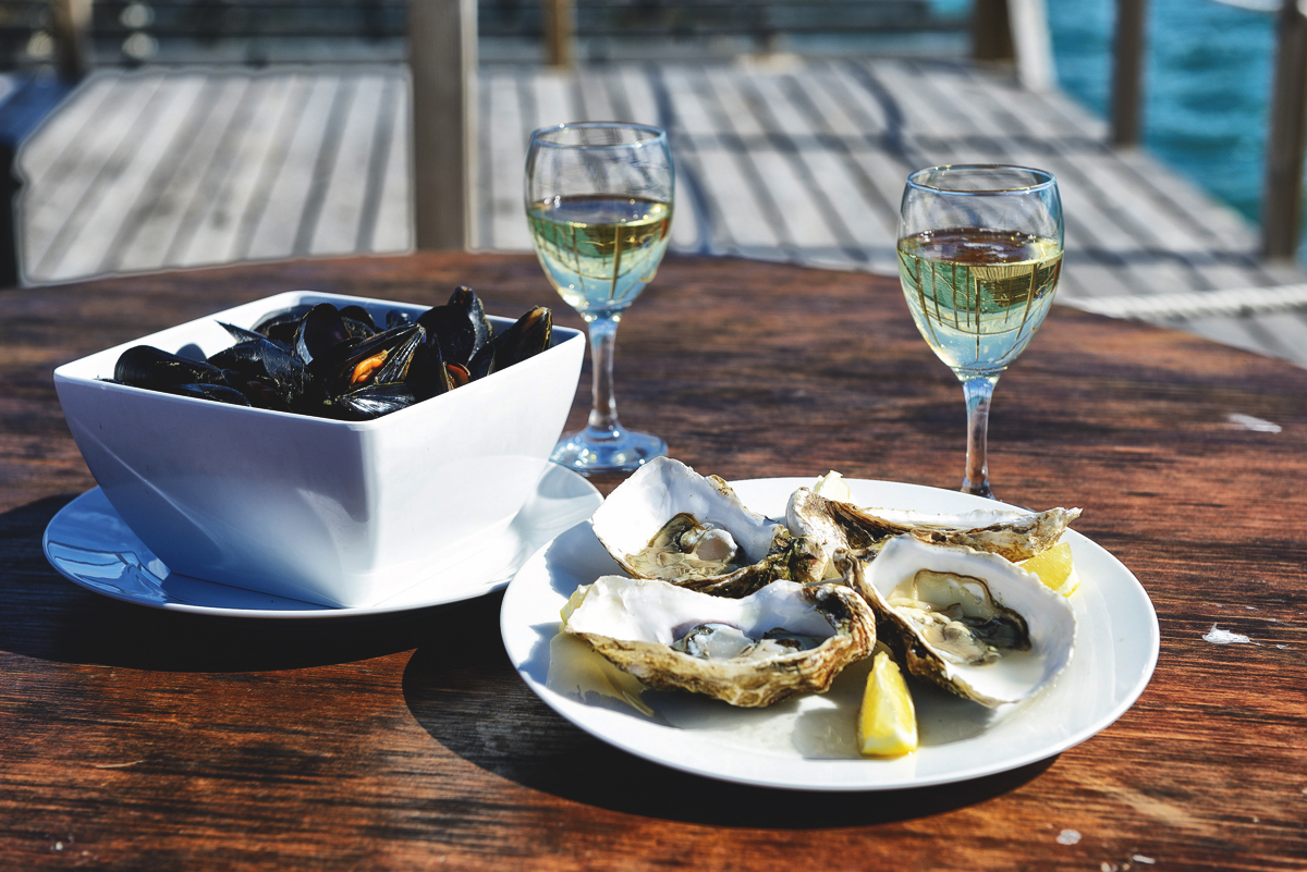 The mussels in wine sauce, the fresh oysters and with cava