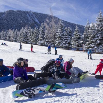 Los niños tienen un espacio para practicar snowboard en La Molina / FGC