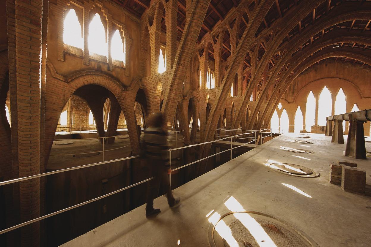 Interior del Celler Cooperatiu de Pinell de Brai / Lluís Carro