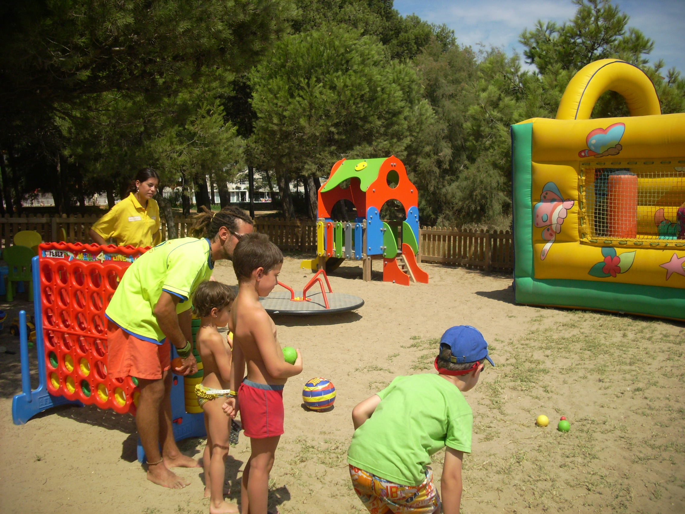 Juegos y sonrisas con los monitores del Mini Beach Club.